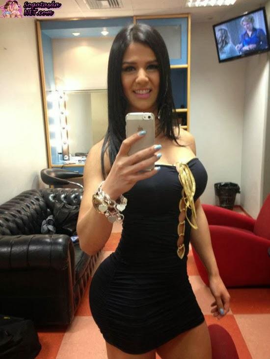 Eva Andressa de vestidinho preto