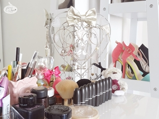 http://www.cz-loves.com/2014/04/my-vanity-table.html