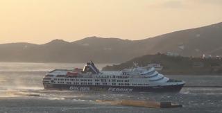 Θυελλώδεις άνεμοι παρέσυραν το Superferry στο λιμάνι της Τήνου. Άλλο πλοίο προτίμησε να αγκυροβολήσει στο Σχοινιά για να αποφύγει την Ραφήνα (βίντεο)