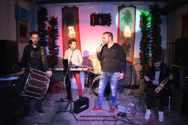 Παραδοσιακά τραγούδια χθες το βράδυ στο Χριστουγεννιάτικο Χωριό του Κόσμου από τον Σταύρο Χαραλαμπίδη και το επιτελείο του