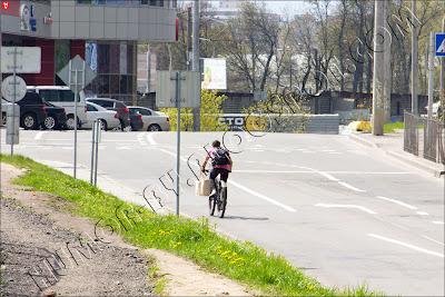 Велопедераст едет по встречной полосе в Минске