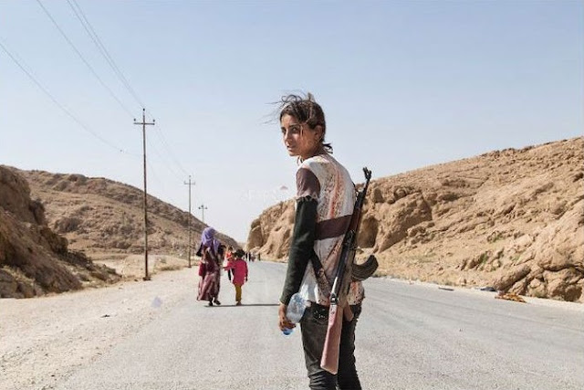 فتاة إيزيدية تحمل السلاح لحماية أهلها من قوات داعش !