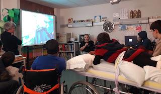 A equipa do Farol Museu dá explicações a cinco alunos e no quadro interativo o faroleiro Ramos Pina em videoconferência
