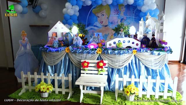 Decoração mesa de aniversário Cinderela luxo com toalhas de tecido