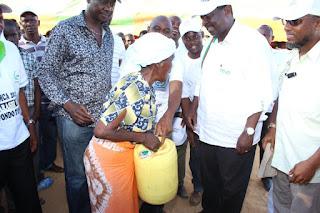 Kilifi residents with Musalia Mudavadi talking about land problems. PHOTO courtesy