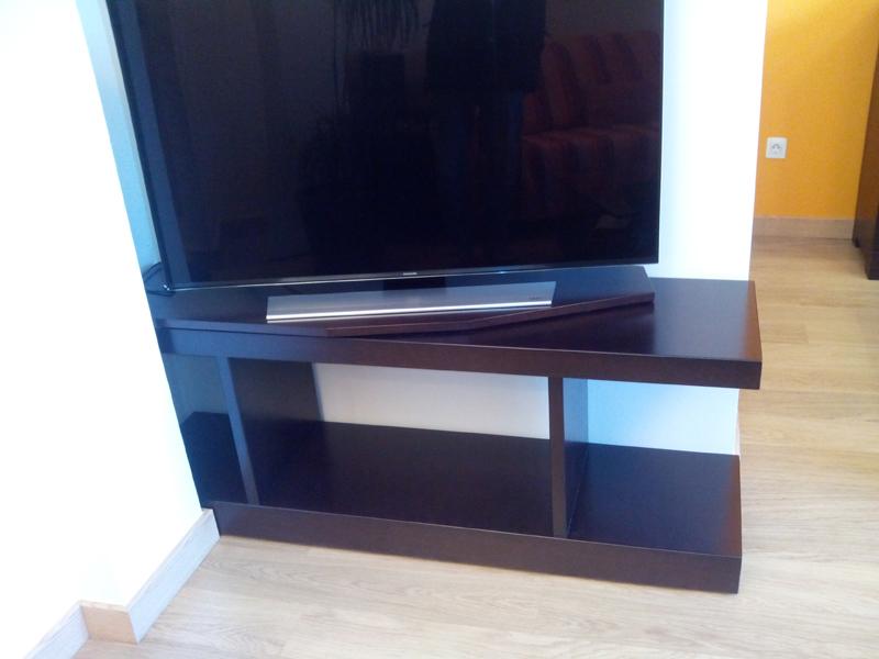 Mueble de madera para televisi n a medida con plataforma - Muebles de madera a medida ...