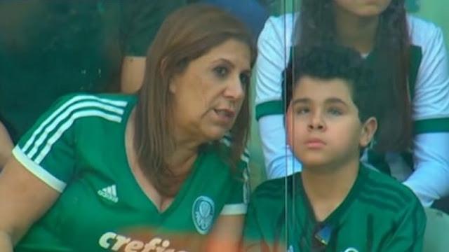 Μητέρα πηγαίνει στο γήπεδο με το τυφλό και αυτιστικό παιδί της και του περιγράφει τα ματς! (pics)