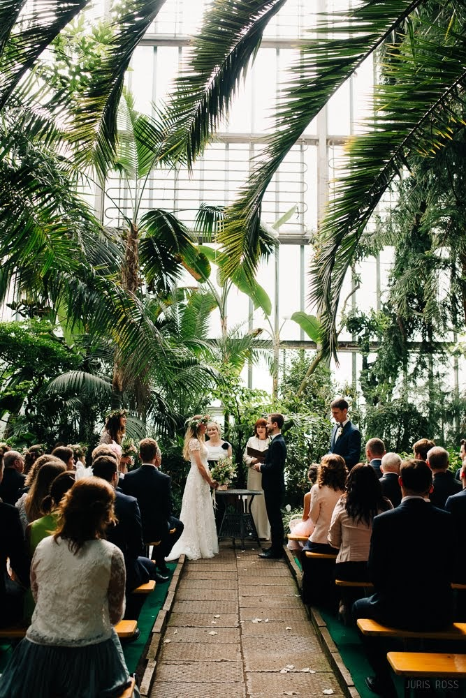 kāzu ceremonija botaniskajā dārzā