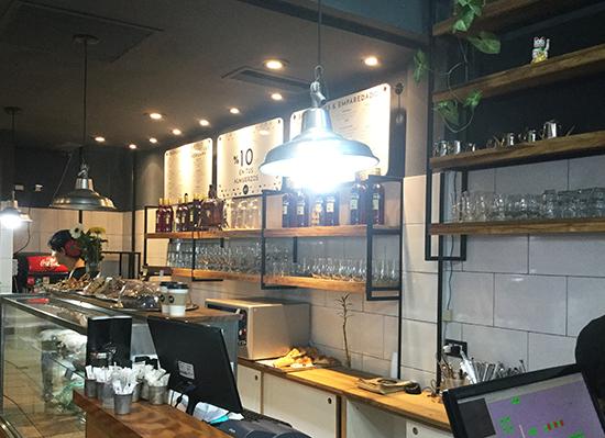 Pausa para o caf Deli Bar  um caf com decorao