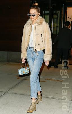 ジジ・ハディッド(Gigi Hadid)は、アダムセルマン × ルスペックス(Adam Selman × Le Specs)のサングラス、サンドロ(Sandro)のジーンズ、サンローラン(Saint Laurent)のアンクルブーツを着用。