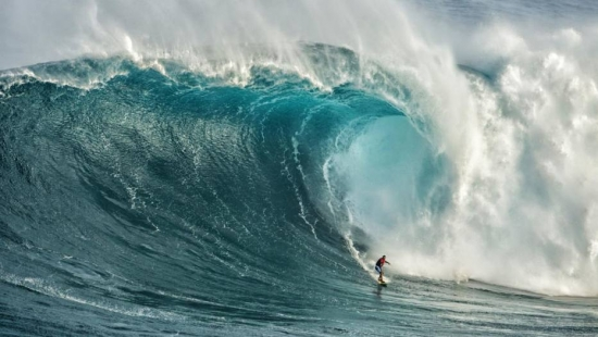 Yuri Soledade em Jaws, no Havaí (Foto: Sofie Louca/WSL)