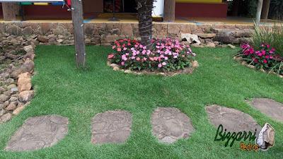 Pedra moledo para caminho de pedra no jardim, tipo pedra natural com tamanhos de 7 cm a 20 cm de face e espessura de 5 cm a 15 cm com esse tipo de assentamento com massa de cimento e areia com execução do paisagismo.