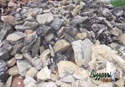 Pedra para revestimento de pedra em paredes e fachadas, do tipo pedra moledo, com espessura entre 10 cm e 17 cm.