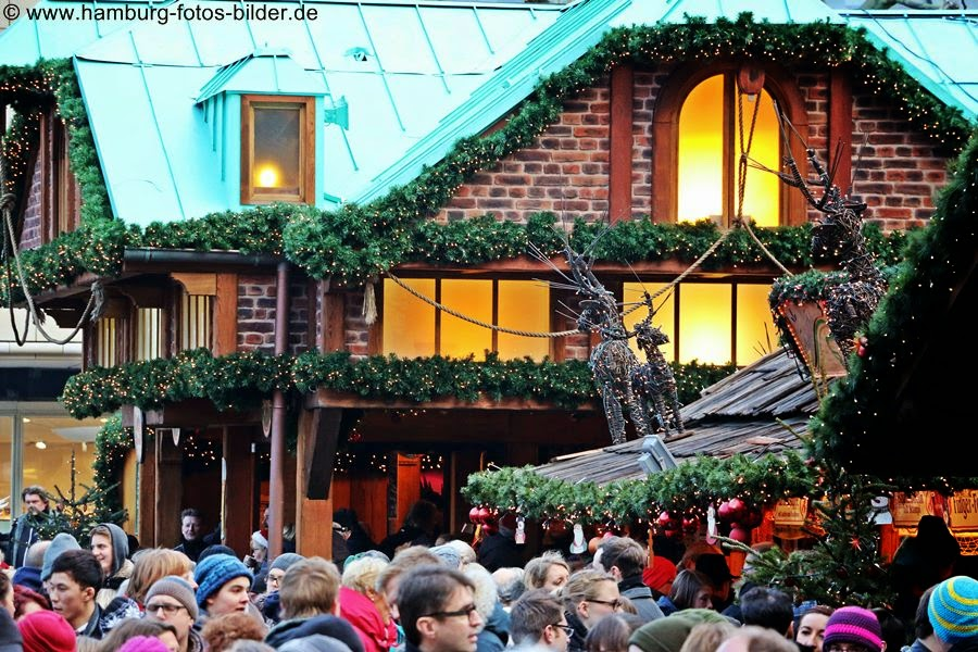 Belebter Weihnachtsmarkt am Hamburger Rathaus