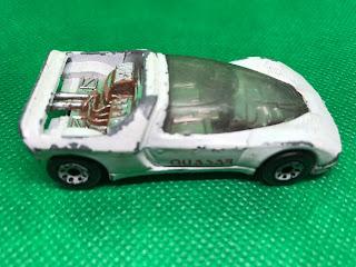 プジョー Quasar のおんぼろミニカーを側面から撮影