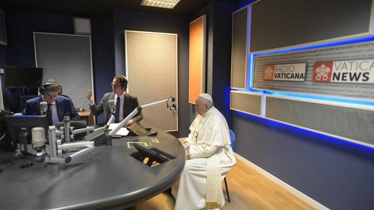 Paus Fransiskus di studio rekaman Radio Vaticana Italia