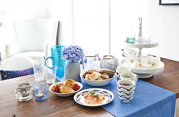 trucos vestir la mesa en primavera. Mesa con tonos azules