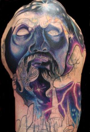 fotografia con el tatuaje de un hechicero