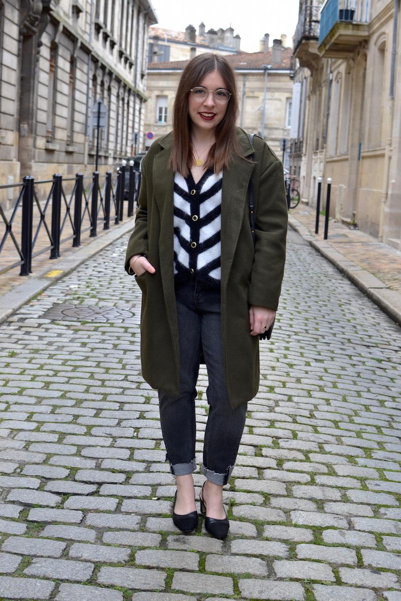 manteau kaki Shein, gilet noir et blanc Audrey Lombard, jean H&M, chaussure style Chanel