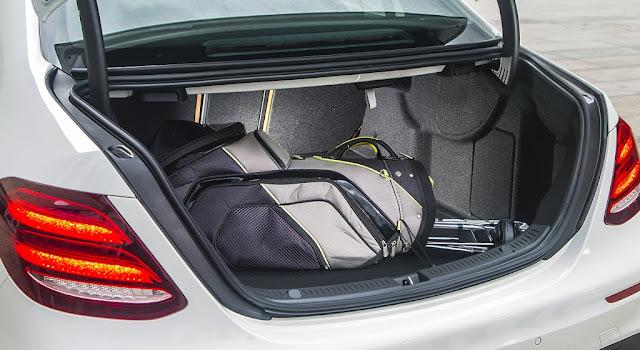 Cốp sau Mercedes E200 2017 thiết kế rộng rãi, thoải mái