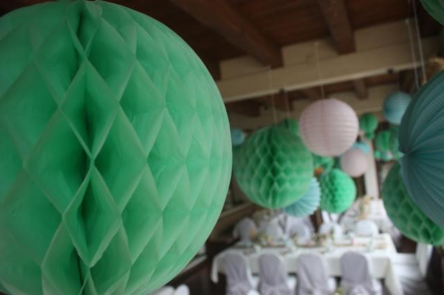 Wabenbälle, Hochzeitsmotto aus M wird M, Pastell und Vintage im Riessersee Hotel Garmisch-Partenkirchen, Bayern
