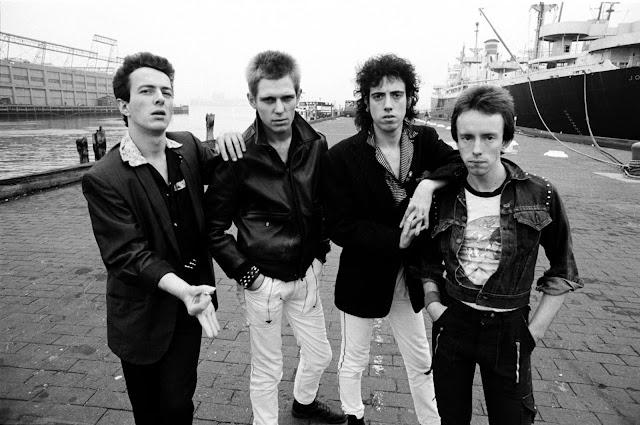 Três anos depois do verão punk, o establishment pop ainda lambia suas feridas. Aqueles Sex Pistols de Malcolm McLaren eram uma brincadeira de mau gosto? E - impensável - se eles fossem importantes, mesmo sendo uma brincadeira de mau gosto? Aliás, se tudo aquilo fosse importante exatamente por ser uma brincadeira de mau gosto? Desde os Beatles, os anos 1960 e a politização/psicodelização do rock, a indústria não via questões tão profundas e tão graves ameaçando as regras do (seu) jogo. A primeira metade dos anos 1970 trouxe uma paz confortadora, em que bons negócios eram possíveis com um mínimo de tumultos e confrontos. A indústria tinha um produto de aceitação certa e imediata, e os consumidores pareciam felizes. Por que e de onde vinha essa insurreição? E que momento péssimo haviam escolhido para atacar: exatamente quando, dos clubes gay underground, a disco music avançava sobre as hordas de adolescentes. Mas o pior ainda estava por vir: em 1979 o establishment descobriu que a rebelião tinha um cérebro além de uma voz. E foi London Calling, do Clash, que proclamou isto. O Clash surgira na primeira hora do verão londrino de 1976, reunindo Joe Strummer, com uma carreira de performances no metrô e à frente de uma banda de pubs (os 101'ers); Paul Simonon, um estudante de arte que jamais havia pegado num baixo; e Mick Jones, que também vinha da cena de pubs. Primeiro Tory Crimes, e depois com Topper Headon na bateria (e por pouco tempo com o guitarrista Keith Levene, futuro PIL, completando um quinteto), o Clash abriu concertos dos Pistols em 1976 e, um ano depois, assinou um contrato vultoso para a época, com duzentos mil dólares de adiantamento.