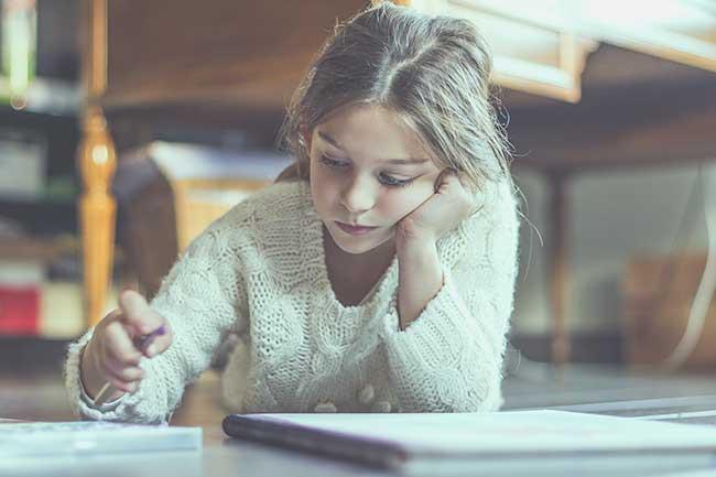 estudiando en el suelo