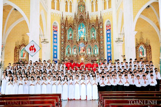 Đền thánh Kiên Lao:197 em đón nhận Chúa Thánh Thần