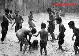 बारिश में बच्चे