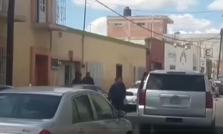 El momento del desalojo. FOTO: Captura de video YouTube