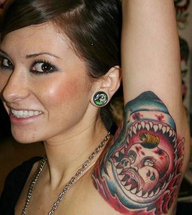 tatuaje de tiburón en la axila de una modelo