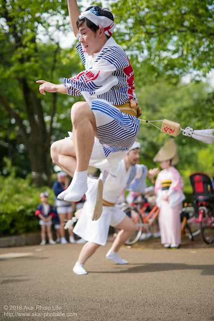 小金井こどもフェスタで阿波踊りを楽しそうに踊る飯村君の写真