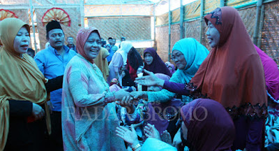 Marwah Daud Ibrahim mencium tangan Marno Sumarno