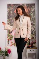 Jacheta eleganta bej din stofa bucle