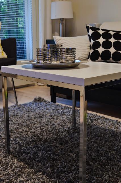 Saippuakuplia olohuoneessa- blogi, Kuva Hanna Poikkilehto, olohuone, pöytä, DIY, sisustus, Ikea, tuikkukupit, koti, Marimekko, pienet kivet,
