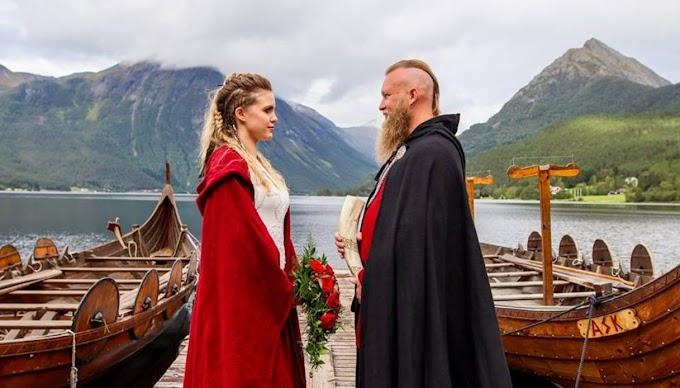Unos genios: Una pareja noruega se casó en un ritual vikingo. Mira la nota.