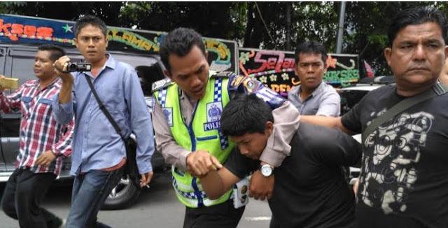 Muadzin Digelandang Polisi dan Satpol PP Hanya Karena Protes Minta Suara Musik Dikecilkan