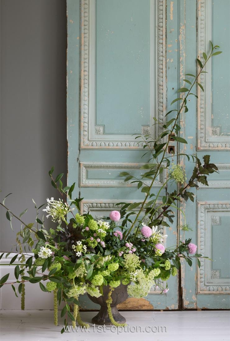 Vieilles portes en bois décorées de moulures et composition florale