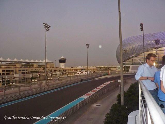 La terrazza dello Yas Hotel affaccia sulla pista di F1