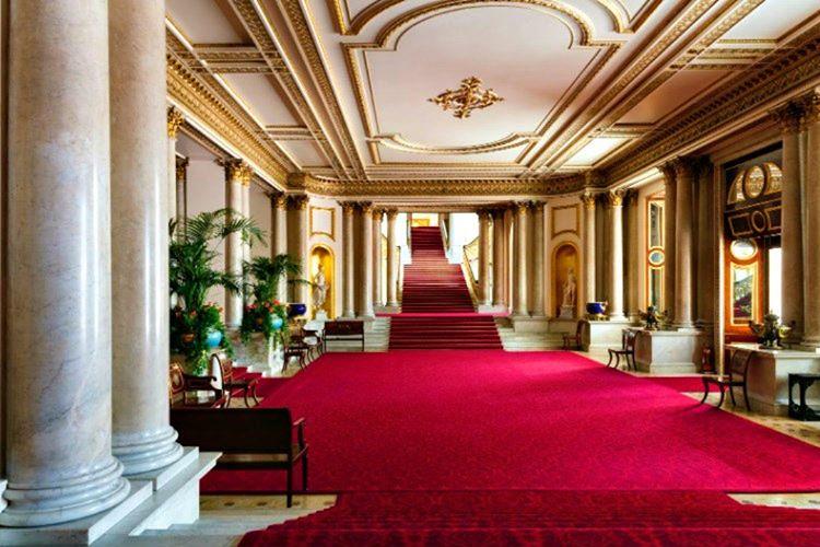 Buckingham Sarayı'nın tüm odaları birbirinin tıpatıp aynısıdır, yerleri kırmızı halılarla döşelidir.