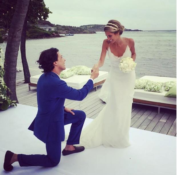 Helena e Humberto casamento noivo ajoelhado ao pés dela
