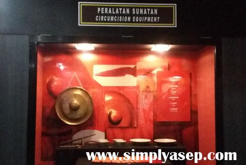 SUNATAN :  Koleksi kelengkapan prosesi budaya dan adat Khitanan atau Sunatan di Kalimantan Barat.  Foto Asep Haryono