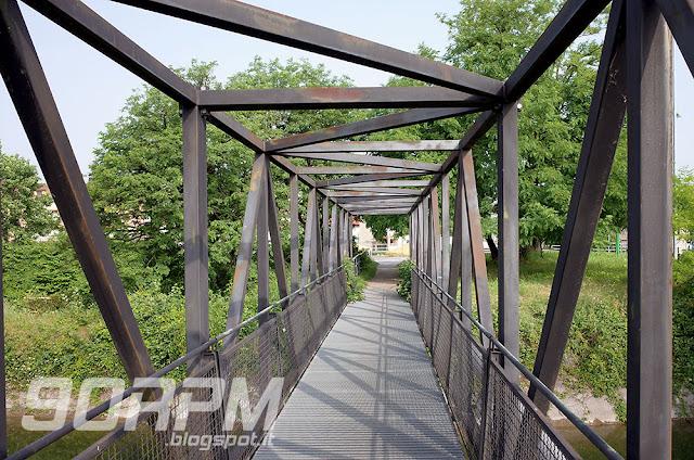Ponte di ferro lungo la ciclabile del Villoresi per attraversamento di sponda.