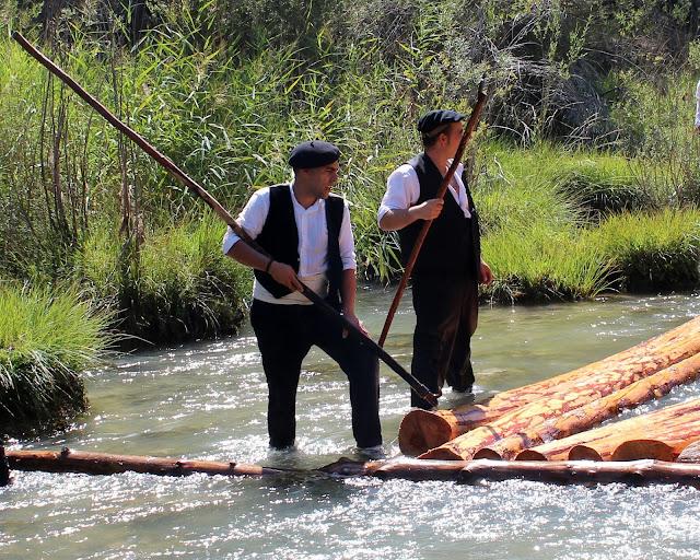 Gancheros bajando troncos por el río Tajo