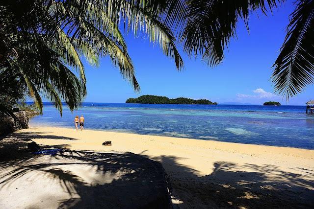 foto pantai indah indonesia tomini bay