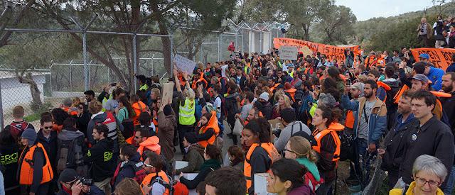 Οργανωμένη διαδήλωση από μέλη ΜΚΟ έξω από τις εγκαταστάσεις της Μόριας