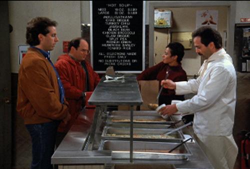 Jerry Seinfeld (Jerry Seinfeld), à gauche, devant le soup nazi (Larry Thomas), dans un épisode culte de la série Seinfeld créée par Jerry Seinfeld et Larry David (1989-1998).