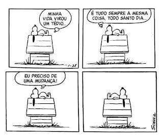 Tira da história em quadrinhos Peanuts, do cartunista Charles Schulz, com as falas em balões. Snoopy é um cãozinho da raça Beagle, com o corpo branco, olhos miúdos pretos, focinho longo arredondado com uma bolinha preta na ponta, orelhas longas pretas e barrigudinho. Ele é extrovertido, vive em um mundo de sonhos e fantasias que aparecem como se fossem realidade quando ele dorme no telhado da sua casinha, instalada no quintal gramado do seu dono, Charlie Brown. É lá, que Snoopy passa a maior parte do tempo. Nessa cena, ele está deitado de perfil, de costas no telhado, as orelhas pendem abaixo, a cabeça está voltada para o lado esquerdo e as patinhas traseiras a direita. Snoopy pensa: Q1- Minha vida virou um tédio... Q2- É tudo sempre a mesma coisa, todo santo dia... Q3- Eu preciso de uma mudança! Q4- Snoopy continua deitado de barriga pra cima e só inverte a posição do corpo.