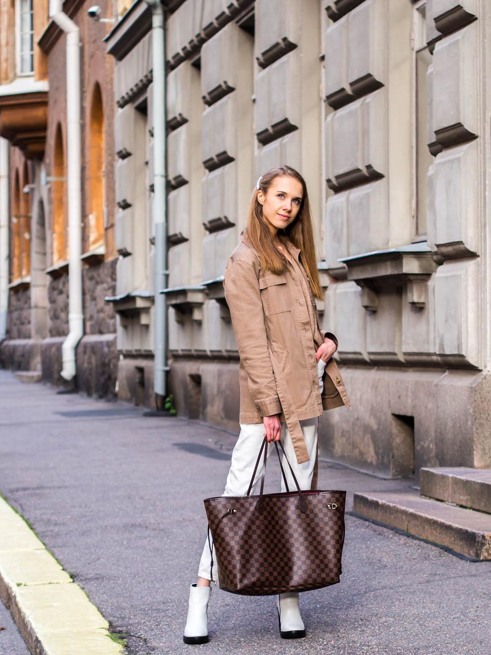 Fashion blogger autumn outfit neutral colours and white ankle boots - Muotibloggaaja syysmuoti-inspiraatio ja valkoiset nilkkurit
