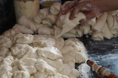 Proses pembuatan roti/naan Restoran Kareem
